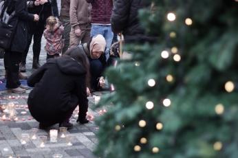 """Tras el Árbol de Navidad que coronaba la plaza, las velas formaban las palabras """"Save Aleppo"""""""