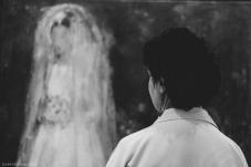 Horas y horas en el hospital; días, semanas, con náuseas, debilidad, dolor, y pérdida de cualquier ambición. Pero mi madre salió de casa. Por mucho que le doliesen los huesos, o que apenas pudiese andar más de media hora sin agotarse. Salió y redescubrió el arte. Se perdió entre las miradas de los retratos y las pinceladas que contaban historias diferentes a la suya. Encontró en el arte su vía de escape.